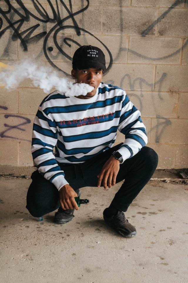 Mand ryger e cigaret